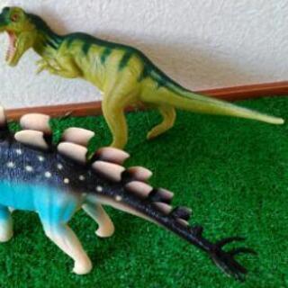 恐竜フィギュア2体(鳴き声がなります)
