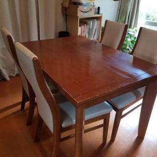 広げられるテーブルと椅子4脚
