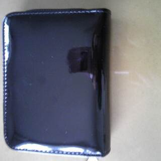エナメルの二つ折り財布