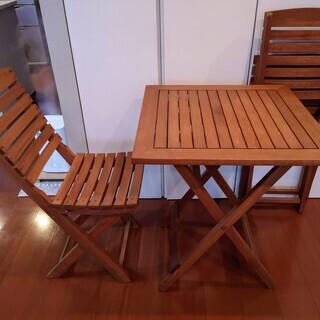 ウッド製の折り畳み式、机と椅子2脚 アウトドアやガーデニングに最適!