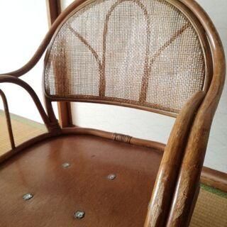 古いラタン椅子