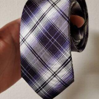 紫の柄が入ったネクタイ