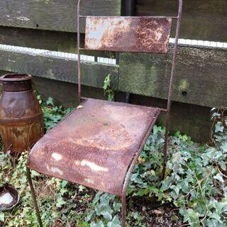 錆びたアイアン椅子