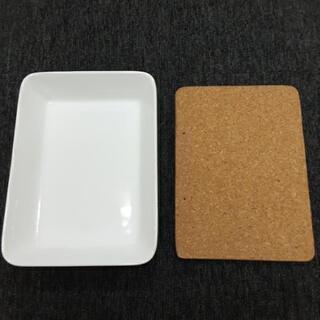 耐熱皿とコルク板
