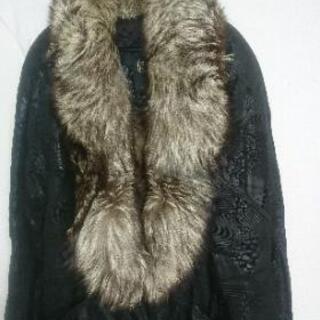黒のジャンパー毛のファー付きです。