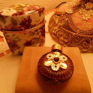 イタリアで購入した、香水瓶と花柄陶器の入れ物。