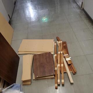 木の板、有孔ボード、ツーバイ材などあげます