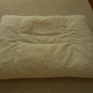 西川ピロー入り枕と、敷きパットのセット。