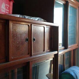 レトロな食器棚とテレビ台と自宅用の電話置き