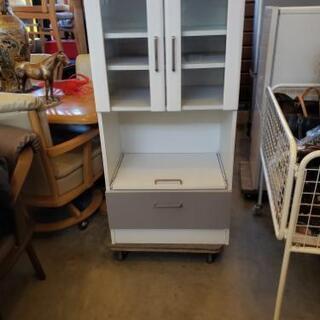 白いレンジ台付き食器棚