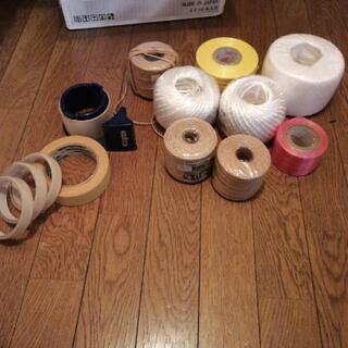 未使用のテープや紐、テープカッターの画像