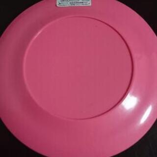 プラスチックの皿4枚です。