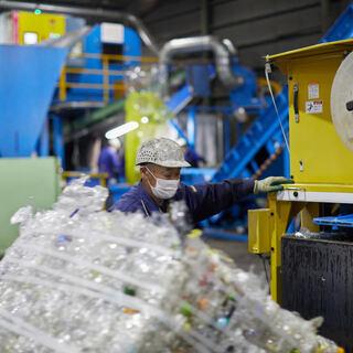 ペットボトル、缶の限定リサイクル工場での軽作業