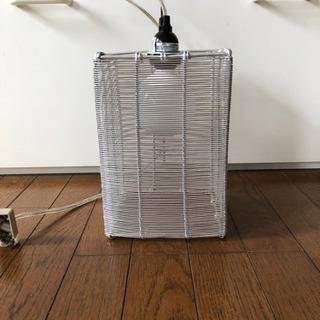 シルバーのランプシェード 新しめ電球付き