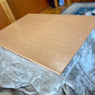 木目が綺麗なテーブル