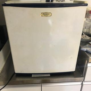 小型冷蔵庫、冷凍庫付き。