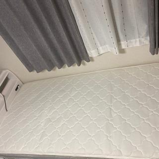 白いシングルベッド、マットレス