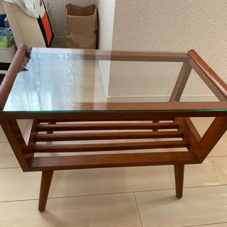 アンティーク風のガラステーブル