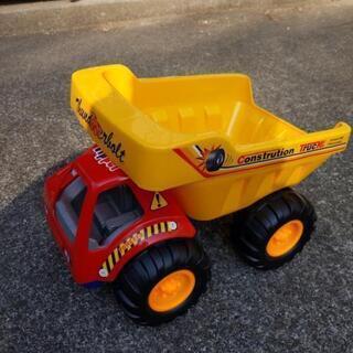 砂場遊び 車のおもちゃ