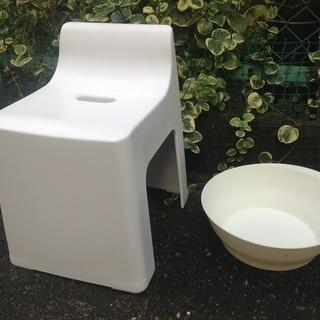クールなデザインのバスチェアと洗面器