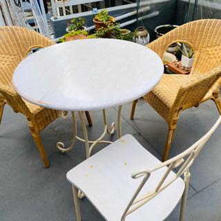 風が気持ちいい籐椅子と白い丸デーブル