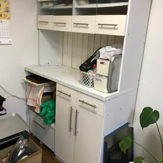 食器棚、可動引き出し付き。