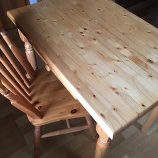 パイン材の机と椅子