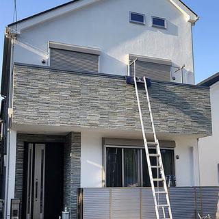 窓にシャッター(手動式3ヶ所)と、2階にテラス屋根を取付工事いた...