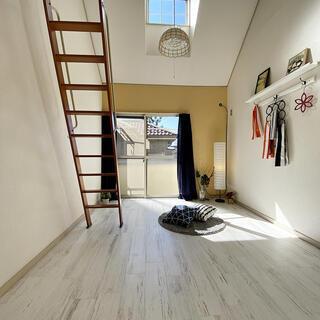 デザイナーズ物件 広々としたロフトつきのおしゃれな1Kアパートメ...