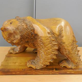 木彫り熊 作者名 明 置物 台座付き 幅47cm クマ 彫刻 民...