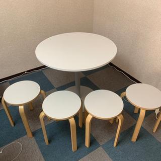 円方テーブルと椅子