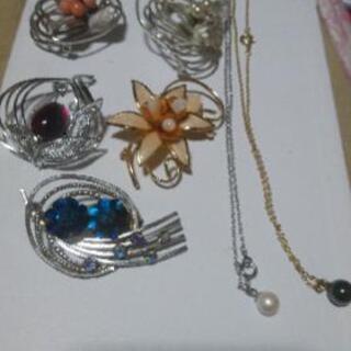 真珠(推定)とブローチ