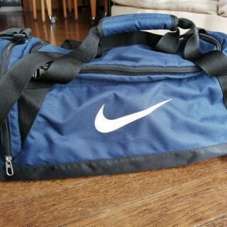 スポーツバッグ ナイキ 小さめ 紺色