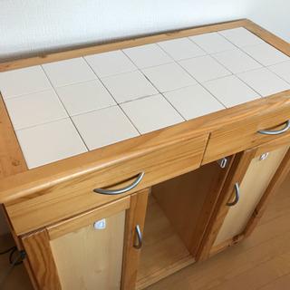 キッチン収納 タイル張りの可愛いキッチンボード