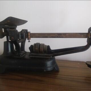 昔ながらの分銅を用いた秤です