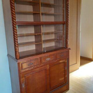 かなり古い食器棚