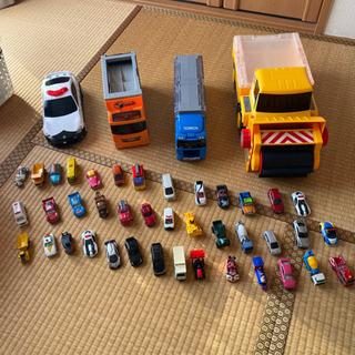 トミカ40台と片付け用の大型車