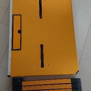 角度が変えられるパソコン台