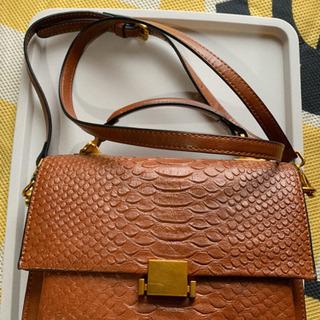 茶色のショルダーバッグ