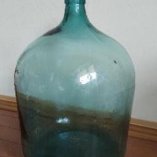 ガラスの瓶です。喫茶店などに置いてあるインテリアです。