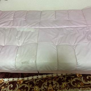 ピンク色のソファーベッド