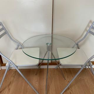 ガラステーブルと折り畳み椅子のセット