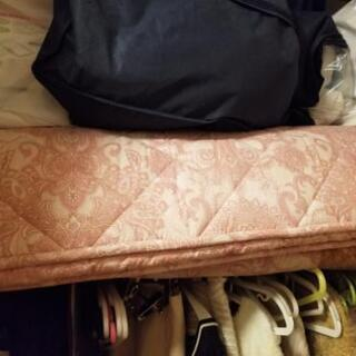 シングルサイズ敷布団、やや汚れあり。