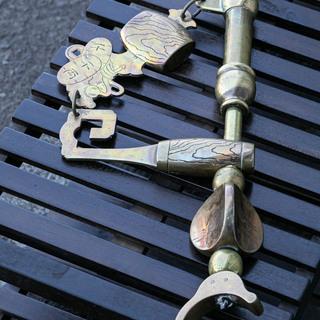 20A0009 中古 商売繁盛打ち出の小槌 真鍮製 自在鉤(じざ...