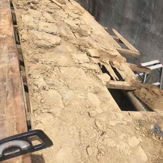瓦の下にひく土、壁に塗る土