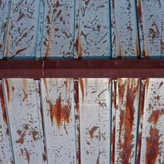 一軒家の屋根をドローンで点検します。