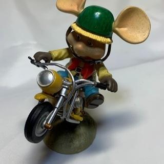 なんかよくわからないバイクとネズミのフィギュア