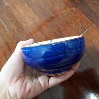 鮮やかな青い小鉢1つ