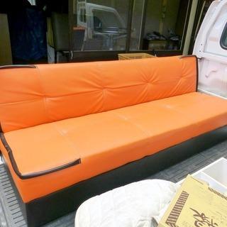 オレンジ色の3人掛けソファー 中古