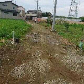 ぬかるみ道を砂利道に施工いたします。